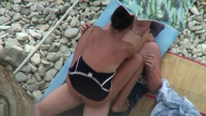 Amateur threesome at the beach