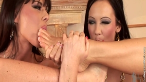 Loud sex with super hot Regina Moon plus Simony Diamond